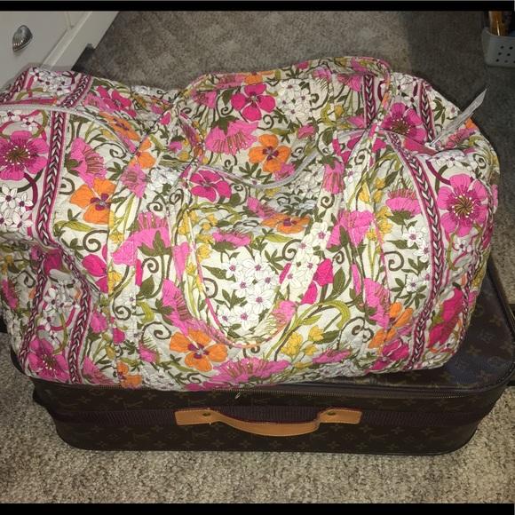 daf66d103ee0 Large travel Vera Bradley duffle bag in pink. 💞🎒.  M 5c3f7fc99fe486660010d511